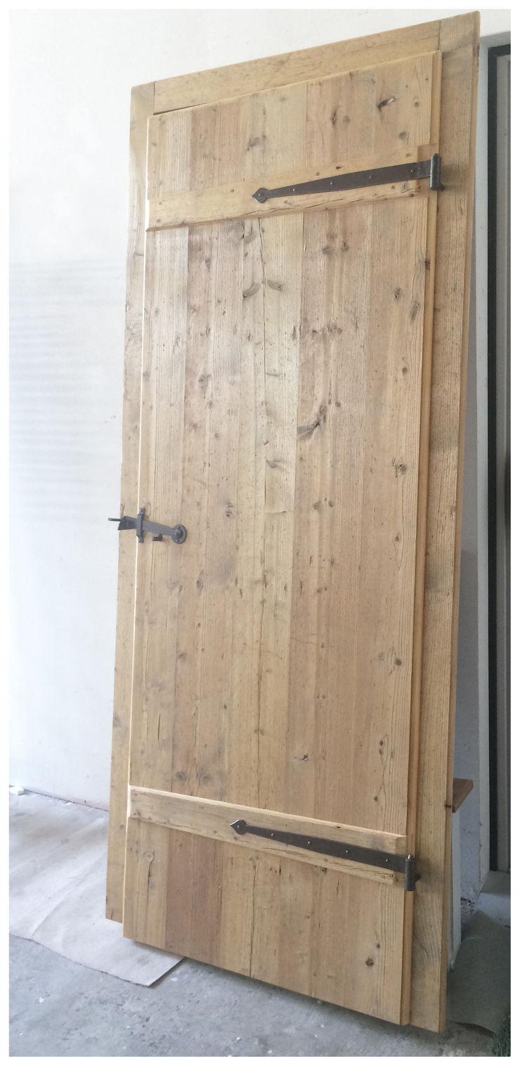 PORTA DA LEGNO DI RECUPERO MORO SAS DI GIANNI MORO Finestre & Porte in stile rustico Legno