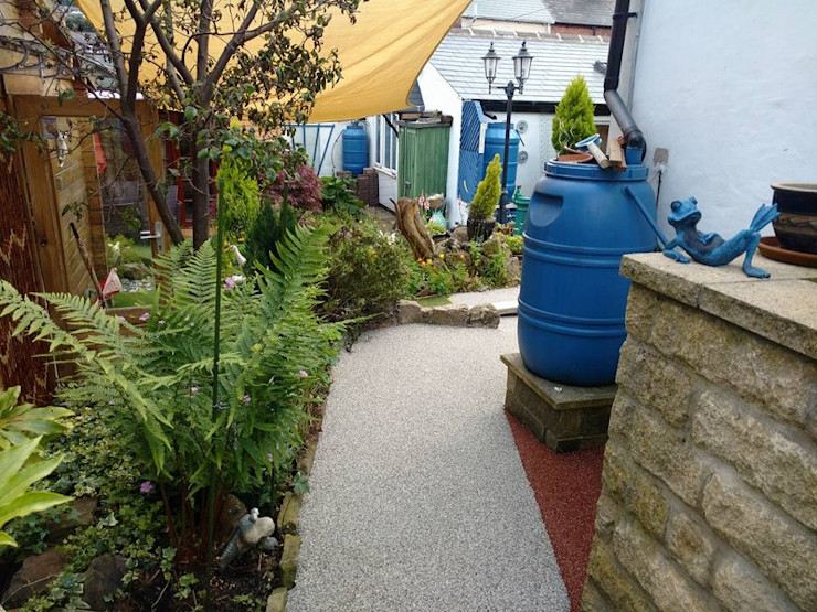 Resin bound paving installed over a concrete path creating more attractive surface. Permeable Paving Solutions UK Jardin moderne Granite Rouge