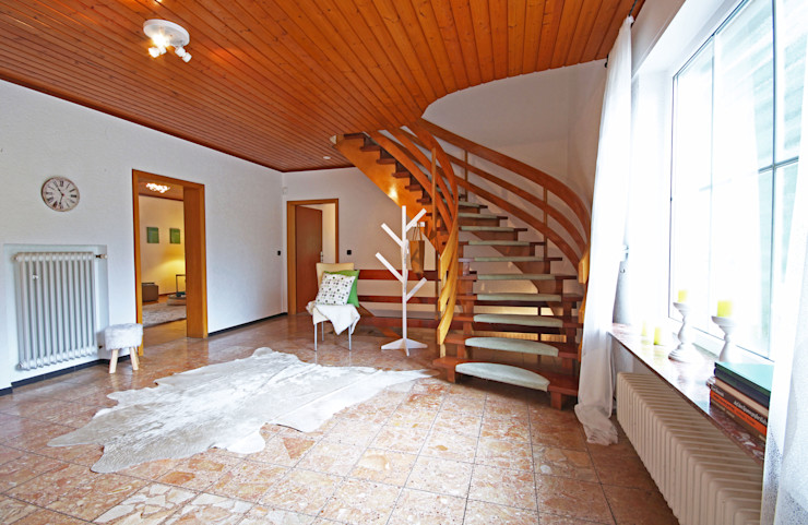 Birgit Hahn Home Staging Classic style corridor, hallway and stairs Wood Beige