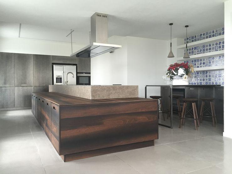 UNA ARCHITETTURA RIGOROSA HP Interior srl CucinaPiani di lavoro Legno