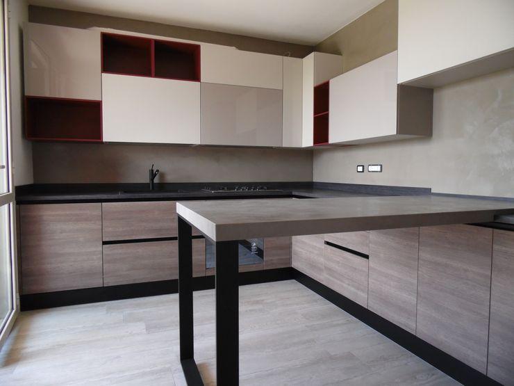 Una cucina per una giovane coppia che esce dagli schemi dando anche un tocco di colore Arredamenti Grossi Cucina moderna