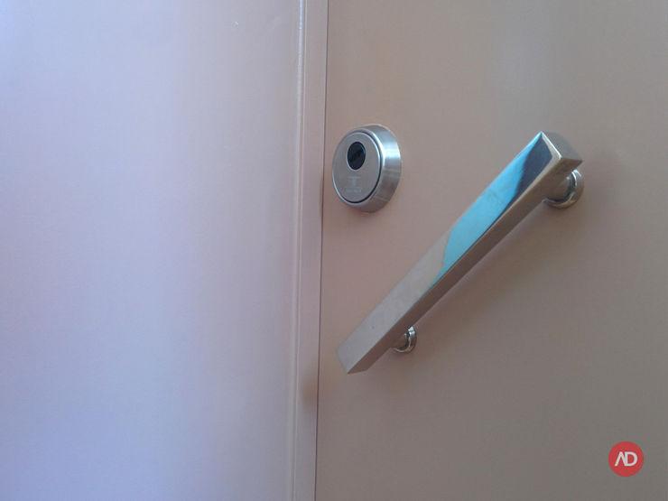 Porta do Apartamento ARCHDESIGN LX Corredores, halls e escadas ecléticos Madeira maciça Bege