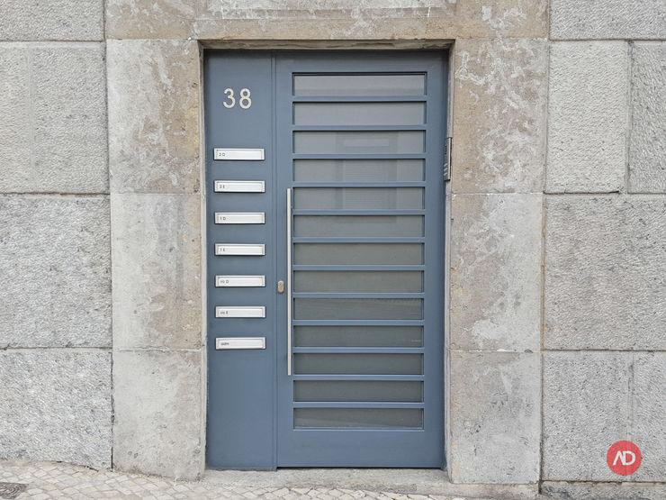Porta do Prédio ARCHDESIGN LX Habitações multifamiliares Ferro/Aço Cinzento