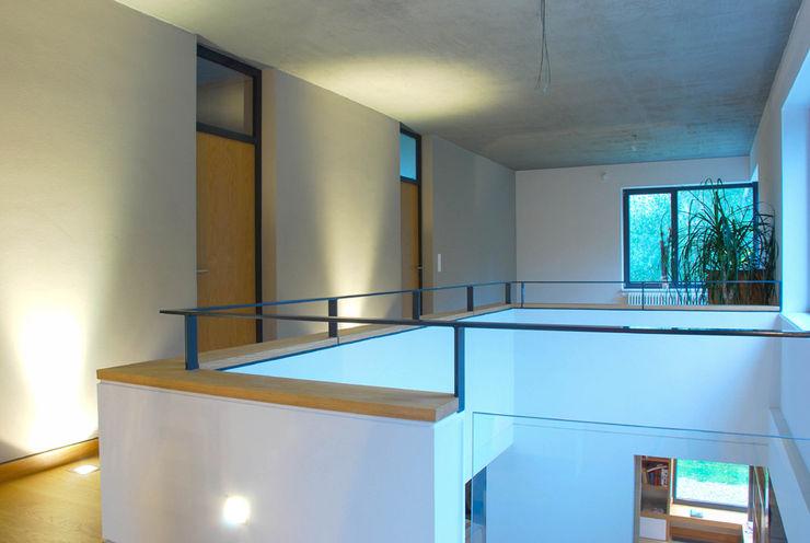 fried.A - Büro für Architektur モダンスタイルの 玄関&廊下&階段