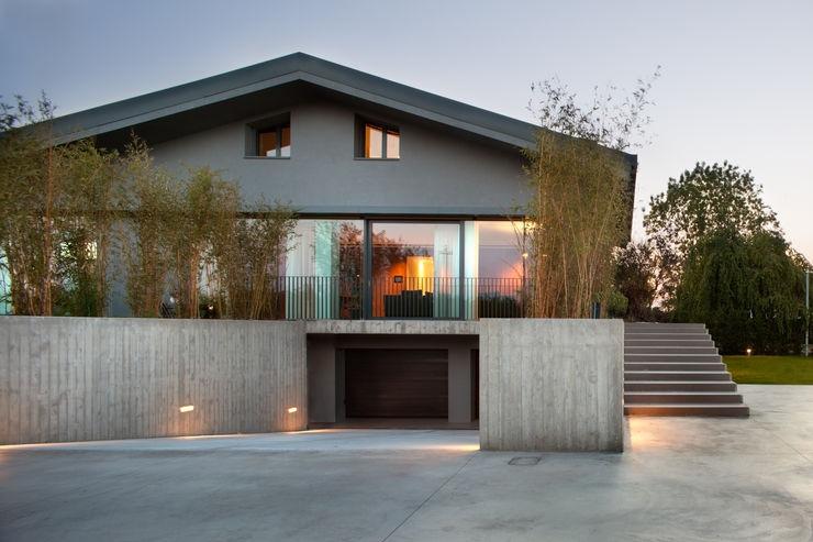 MIDE architetti Salon moderne Verre Gris