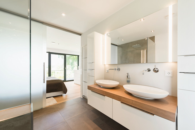 Hellmers P2   Architektur & Projekte Baños de estilo moderno Blanco