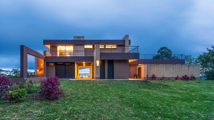 Casa del Patio Ecuestre David Macias Arquitectura & Urbanismo Casas modernas Rojo