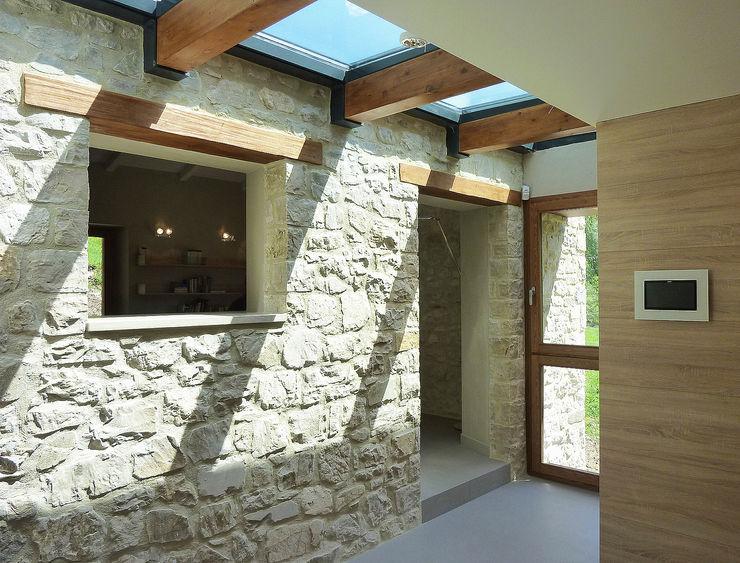 Stefano Zaghini Architetto Pasillos, vestíbulos y escaleras de estilo rural
