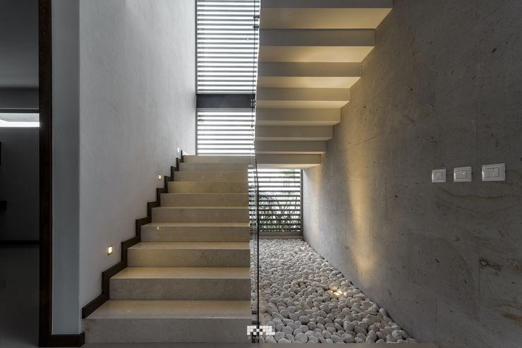 2M Arquitectura Modern corridor, hallway & stairs