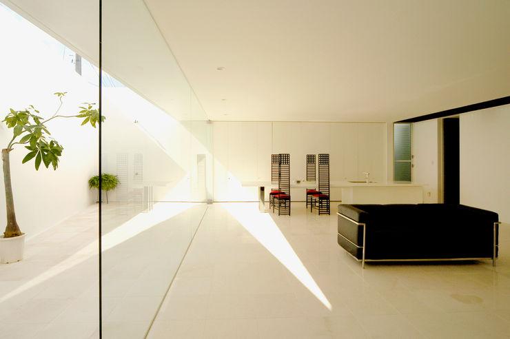 門一級建築士事務所 Living room Marble White