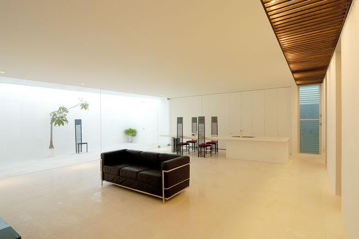 KNJ-HOUSE 門一級建築士事務所 ミニマルデザインの リビング 大理石 白色