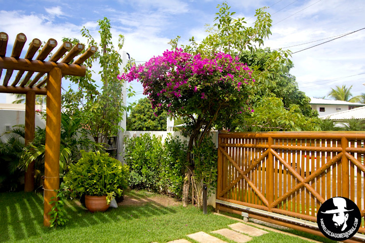 Tânia Póvoa Arquitetura e Decoração Tropical style garage/shed Green