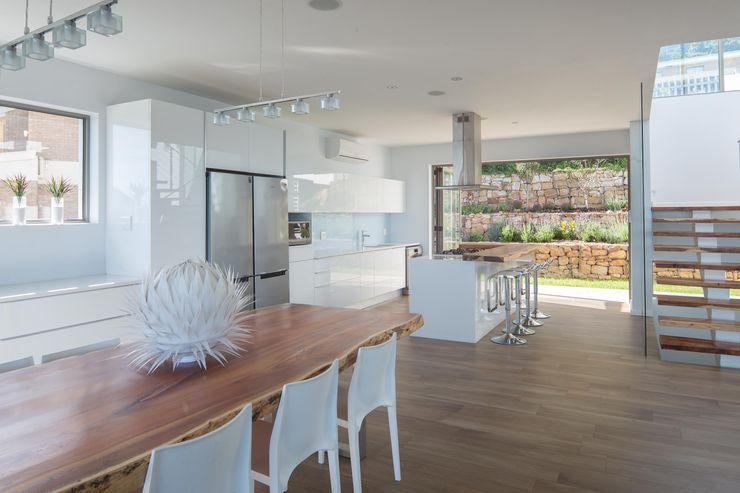 HOUSE I ATLANTIC SEABOARD, CAPE TOWN I MARVIN FARR ARCHITECTS MARVIN FARR ARCHITECTS Modern kitchen