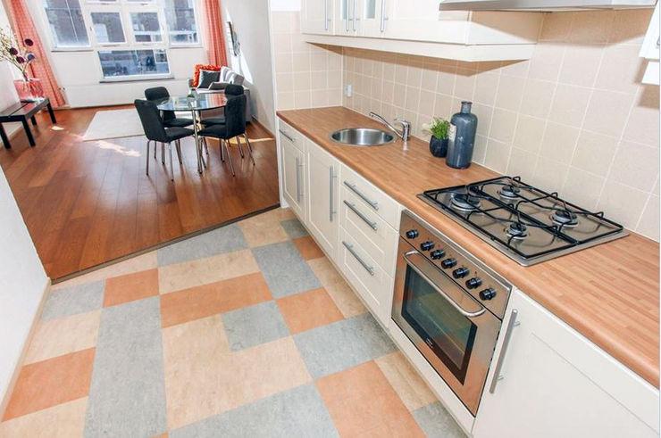 Tweedekans voor de oude vinyl vloer Aileen Martinia interior design - Amsterdam Moderne keukens Hout Beige