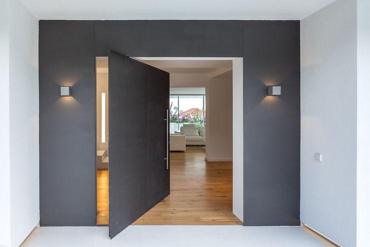 Herrero House - Main Door 08023 Architects Casas modernas: Ideas, diseños y decoración