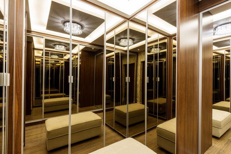 Designer de Interiores e Paisagista Iara Kílaris Modern style dressing rooms Wood Brown