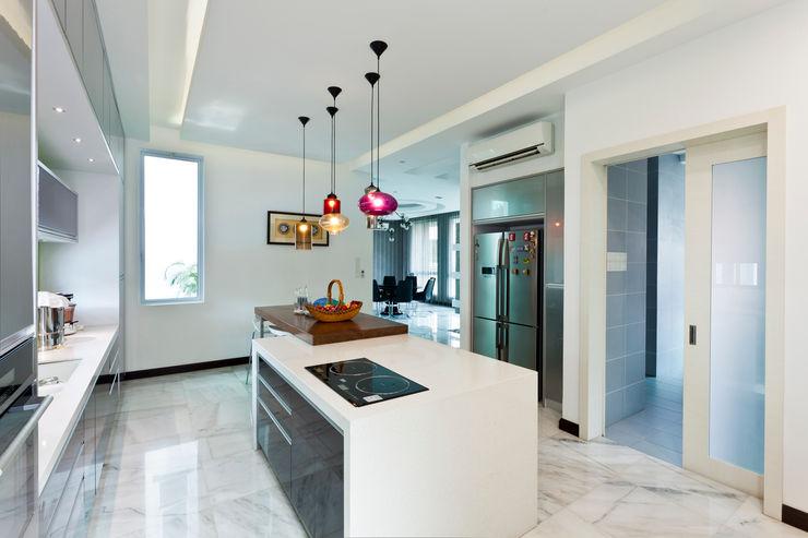 Contemporarily Dashing   BUNGALOW Design Spirits Modern style kitchen