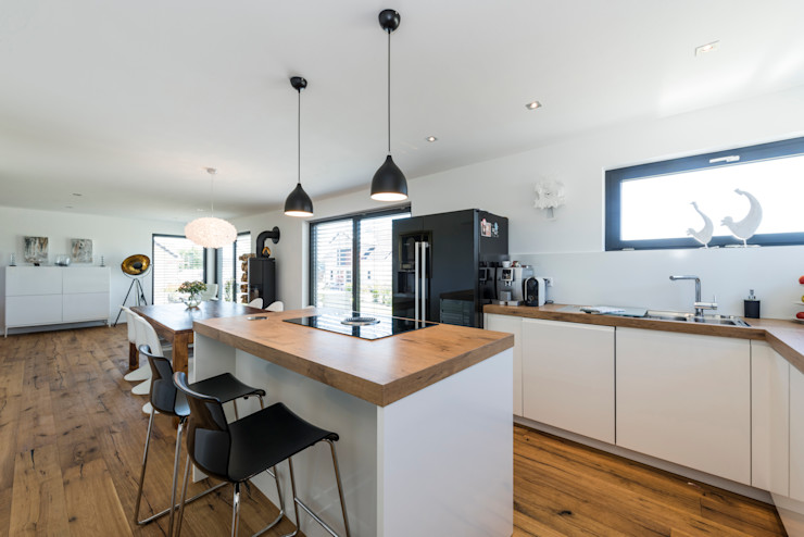 KitzlingerHaus GmbH & Co. KG 現代廚房設計點子、靈感&圖片 複合木地板 White