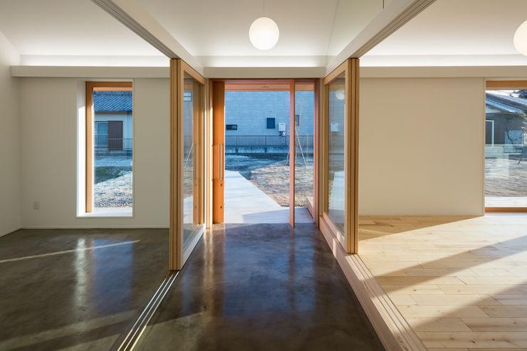 hm+architects 一級建築士事務所 隨意取材風玄關、階梯與走廊 水泥 Grey