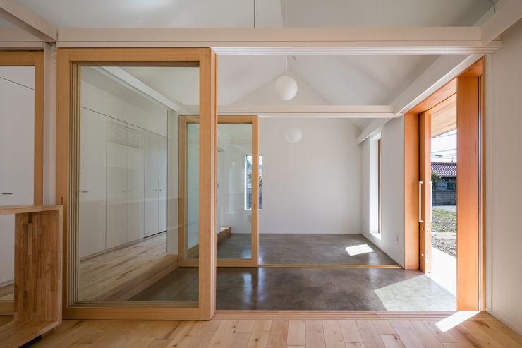 土間続きの空間 hm+architects 一級建築士事務所 オリジナルスタイルの 玄関&廊下&階段 コンクリート 灰色