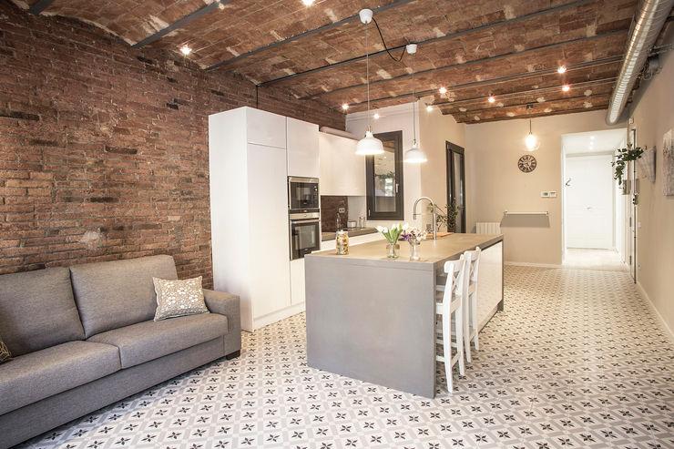 Cocina abierta Grupo Inventia Cocinas de estilo moderno Compuestos de madera y plástico Blanco