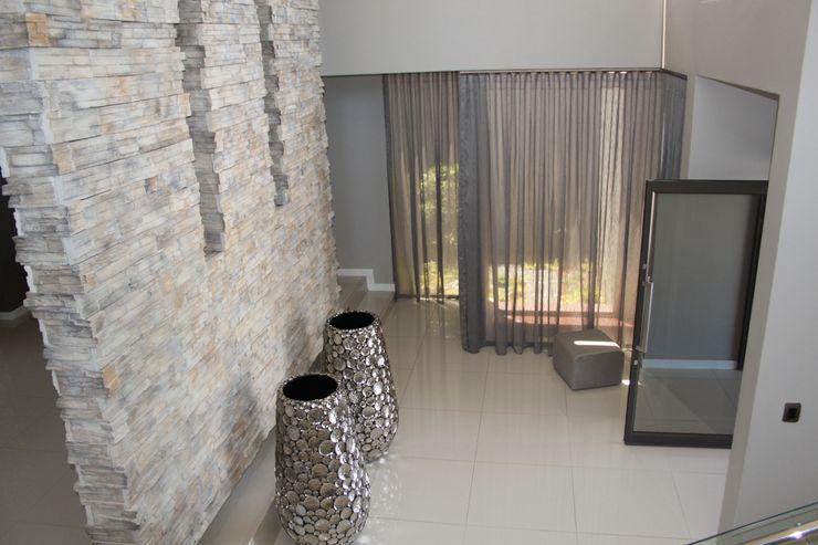 Inside Out Interiors Pasillos, vestíbulos y escaleras de estilo moderno