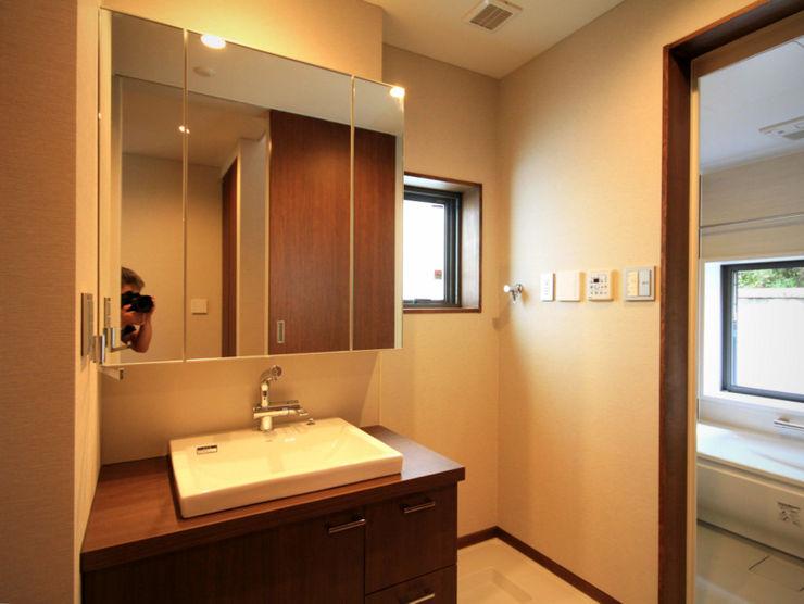 homify Modern bathroom Wood Grey