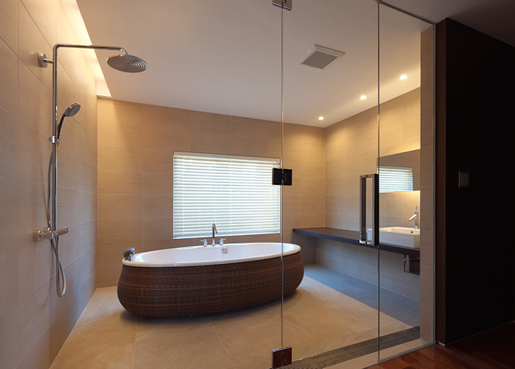 Atelier Square Asian style bathrooms Brown