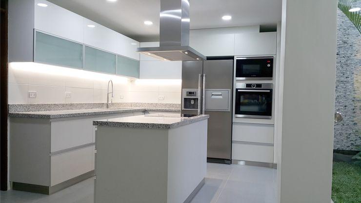 COCINA MINIMALISTA DE ALTO NIVEL EN ACABADOS Y SISTEMAS 3 DECO Cocinas de estilo minimalista Compuestos de madera y plástico Blanco