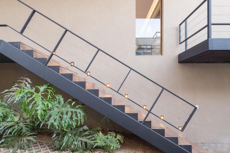 Casa LA - Esquadra Arquitetos + Yi arquitetos Joana França Corredores, halls e escadas modernos