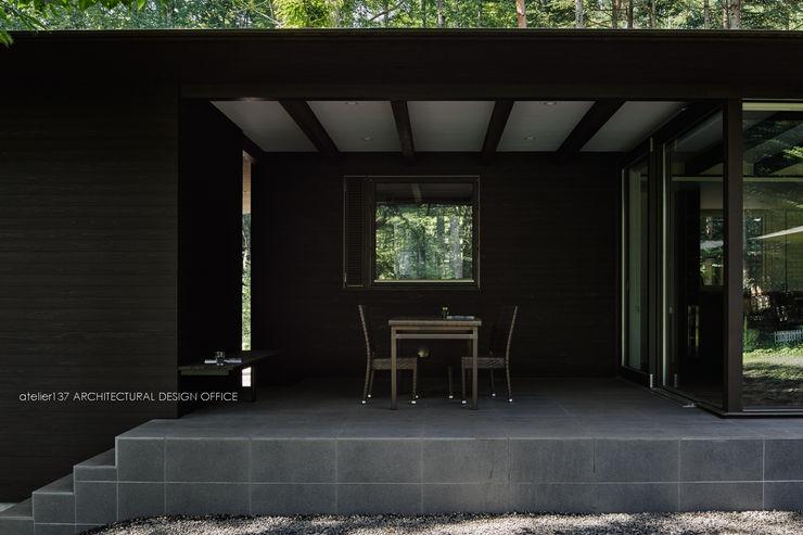 テラス~041軽井沢Mさんの家 atelier137 ARCHITECTURAL DESIGN OFFICE クラシックデザインの テラス セラミック 木目調