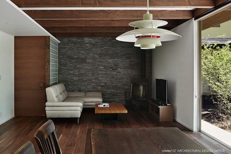 リビング~041軽井沢Mさんの家 atelier137 ARCHITECTURAL DESIGN OFFICE クラシックデザインの リビング 石 灰色