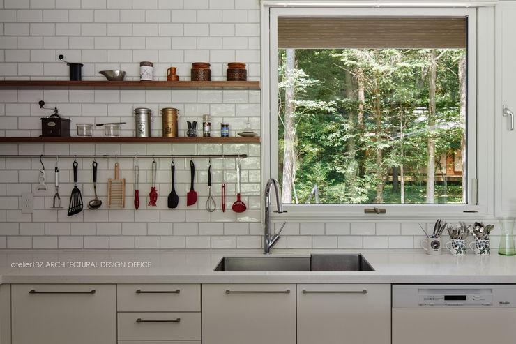 キッチン~041軽井沢Mさんの家 atelier137 ARCHITECTURAL DESIGN OFFICE 北欧デザインの キッチン セラミック 白色