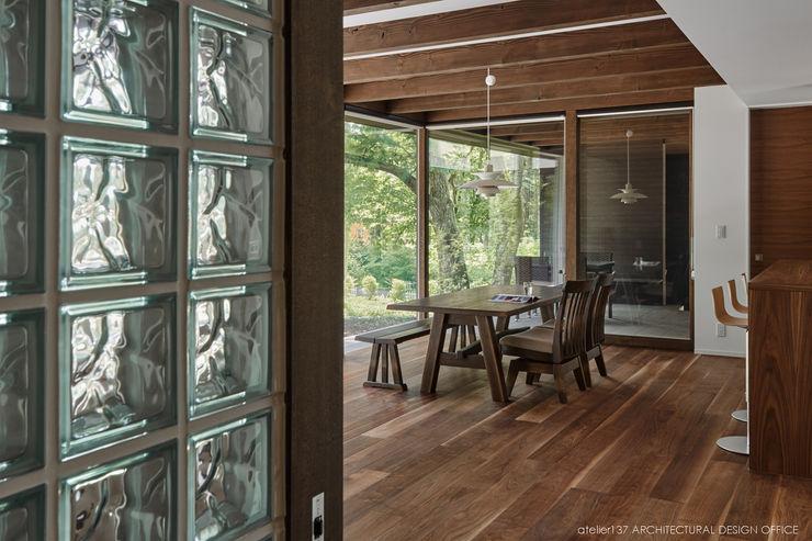 ダイニング~041軽井沢Mさんの家 atelier137 ARCHITECTURAL DESIGN OFFICE クラシックデザインの ダイニング 木 ブラウン