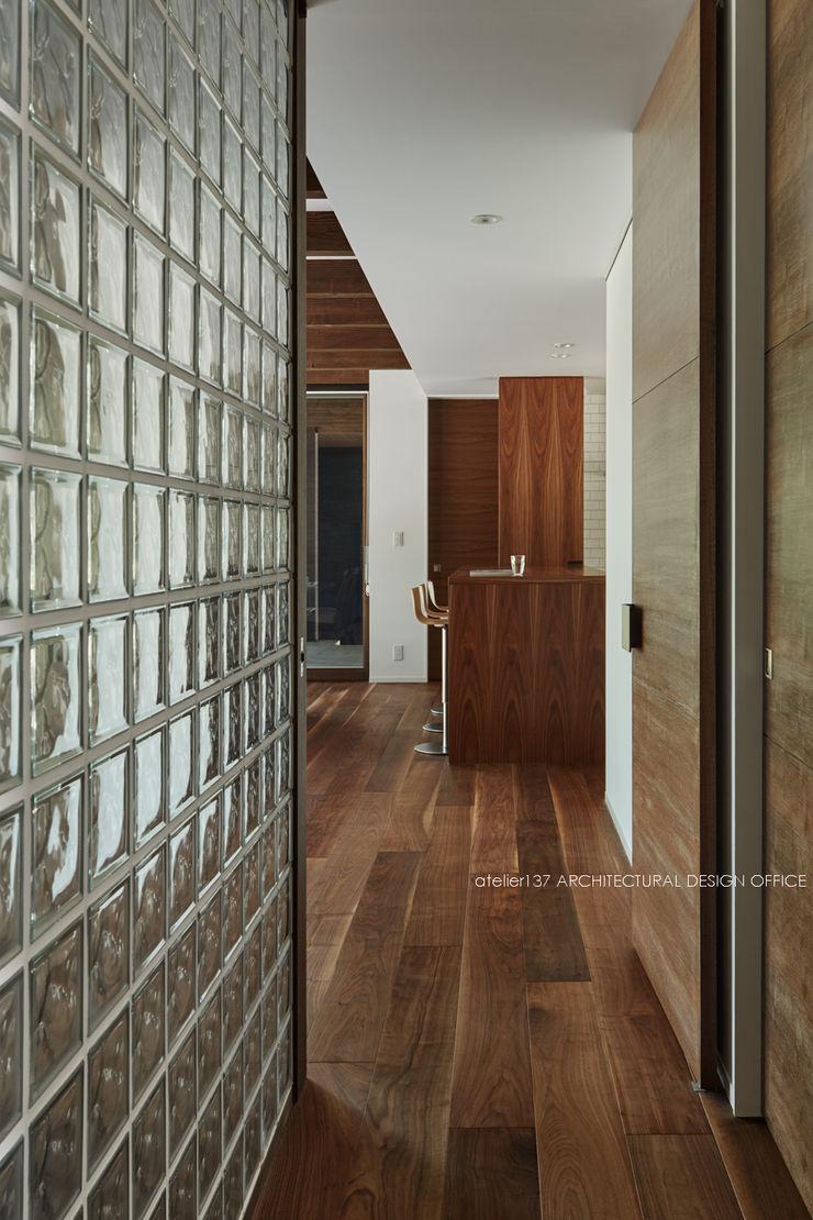 LDK入口~041軽井沢Mさんの家 atelier137 ARCHITECTURAL DESIGN OFFICE クラシカルスタイルの 玄関&廊下&階段 ガラス 透明