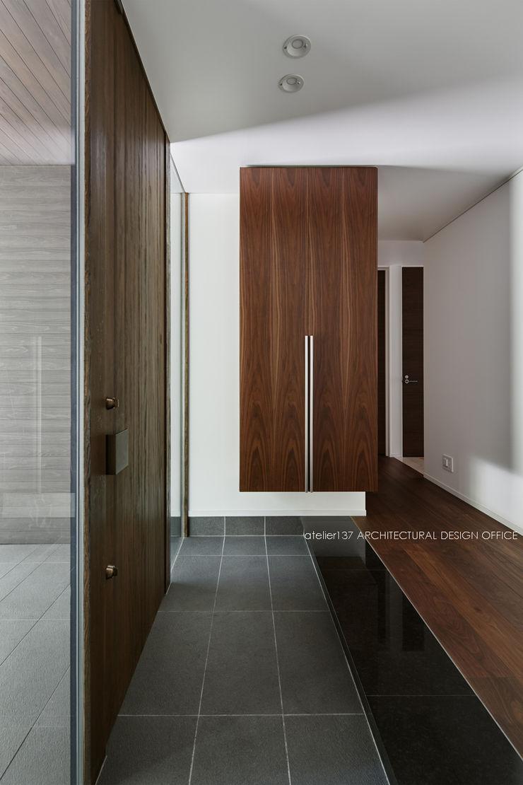 玄関~041軽井沢Mさんの家 atelier137 ARCHITECTURAL DESIGN OFFICE クラシカルスタイルの 玄関&廊下&階段 石 灰色