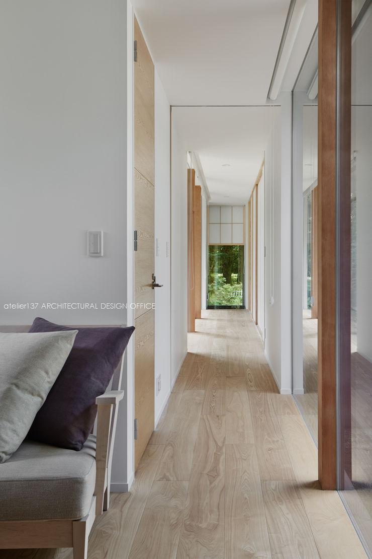 廊下~041軽井沢Mさんの家 atelier137 ARCHITECTURAL DESIGN OFFICE 北欧スタイルの 玄関&廊下&階段 木 木目調