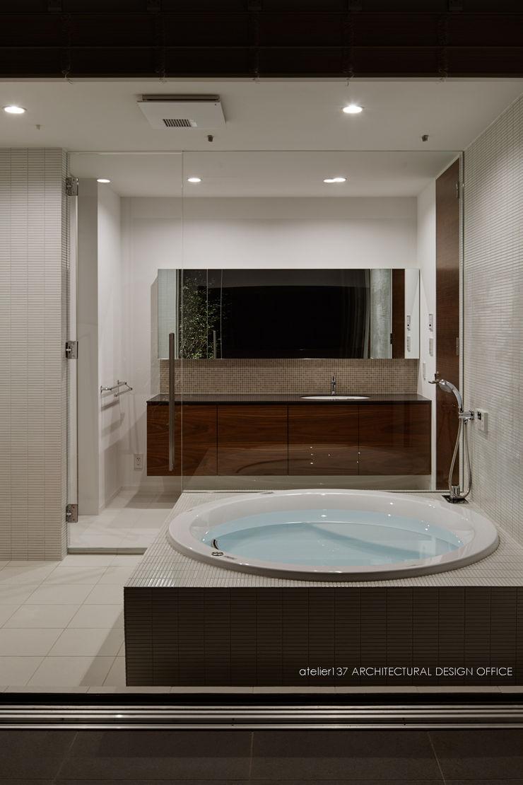 浴室~041軽井沢Mさんの家 atelier137 ARCHITECTURAL DESIGN OFFICE クラシックスタイルの お風呂・バスルーム セラミック 白色