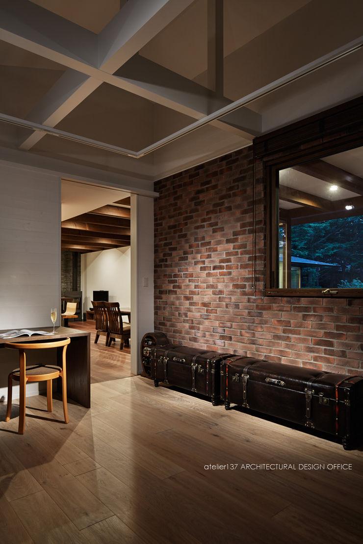 ホビールーム~041軽井沢Mさんの家 atelier137 ARCHITECTURAL DESIGN OFFICE ラスティックな 多目的室 レンガ ブラウン
