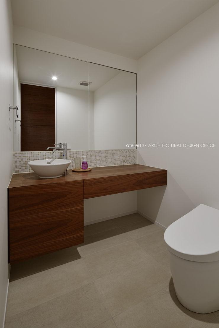 トイレ~041軽井沢Mさんの家 atelier137 ARCHITECTURAL DESIGN OFFICE クラシックスタイルの お風呂・バスルーム 木 ブラウン