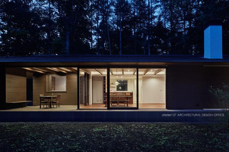 外観夕景~041軽井沢Mさんの家 atelier137 ARCHITECTURAL DESIGN OFFICE モダンな 家 ガラス 透明