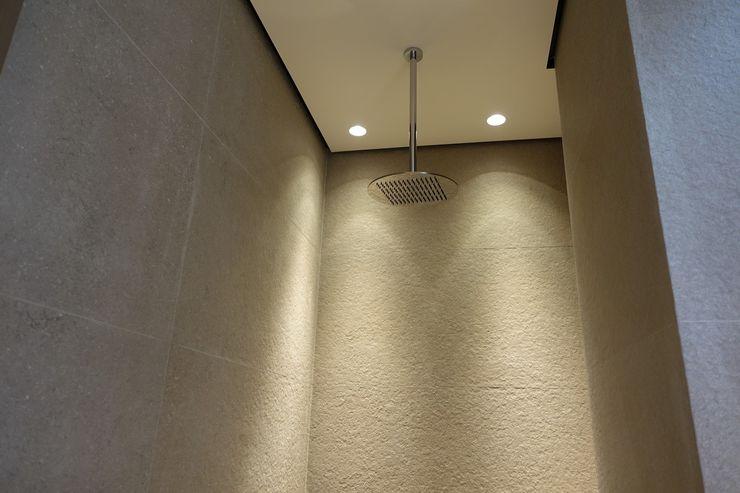 Plafond suspendu dans la douche avec ciel de pluie suspendu homify Salle de bain moderne