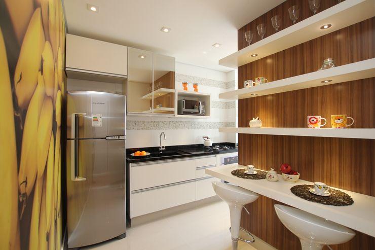COZINHA MODERNA COM PAINÉIS DE MADEIRA Pricila Dalzochio Arquitetura e Interiores Cozinhas modernas Branco