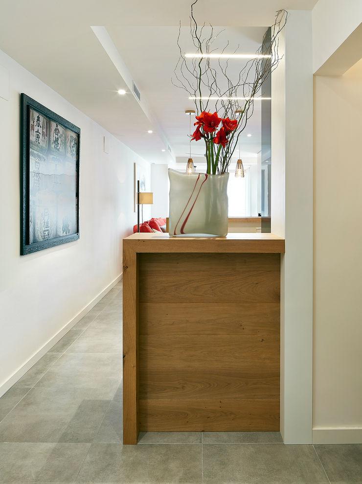 Molins Design Modern corridor, hallway & stairs
