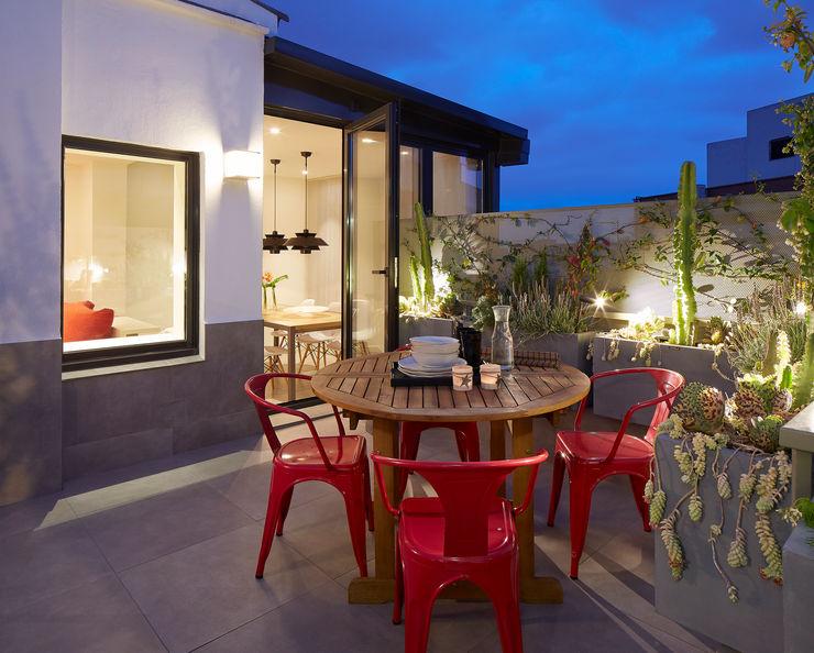 Molins Design Modern style balcony, porch & terrace