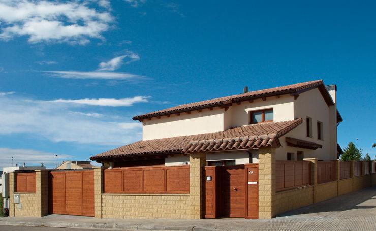RIBA MASSANELL S.L. Дома в средиземноморском стиле Дерево Белый
