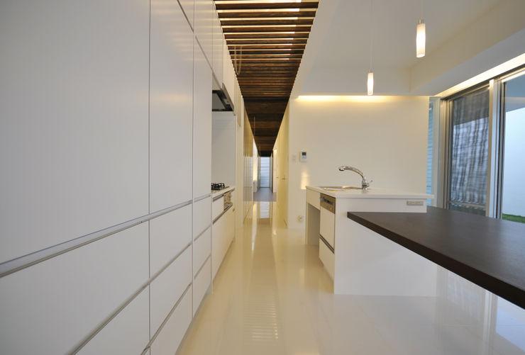 門一級建築士事務所 Moderne Küchen Fliesen Weiß