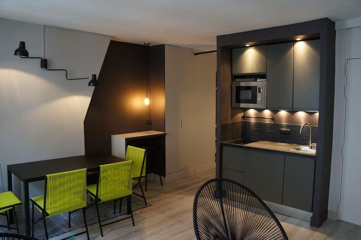 Laure van Gaver Modern style kitchen Grey