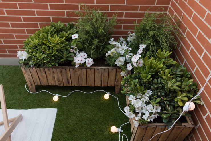 Become a Home Scandinavian style balcony, veranda & terrace