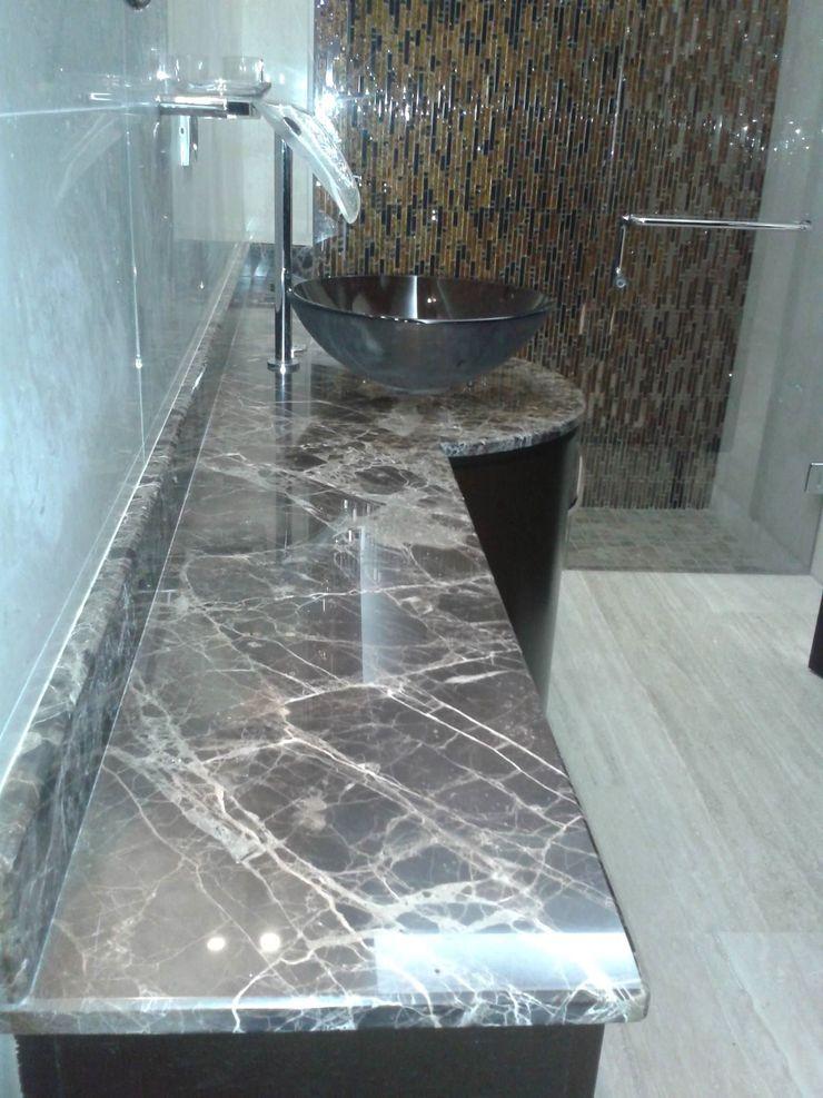 VISTA DESDE LAVABO HACIA DUCHA BAÑO PRINCIPAL CelyGarciArquitectos Baños de estilo minimalista Mármol Marrón